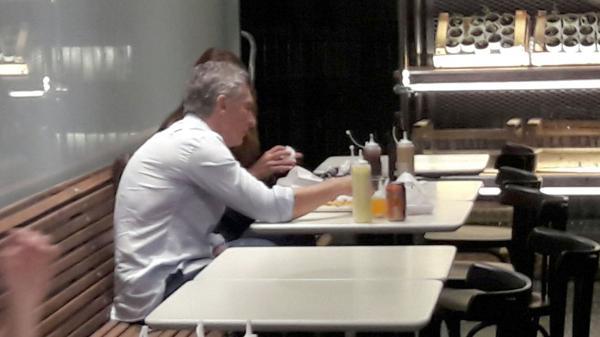 Mauricio Macri fue a comer hamburguesas a una cuadra de la Quinta de Olivos