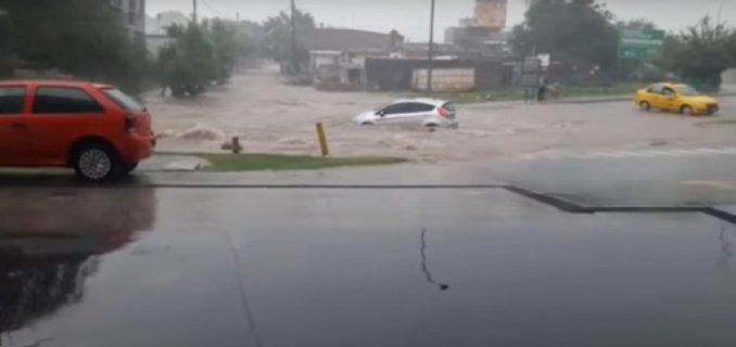 Video: una mujer y su auto fueron arrastrados por la fuerte lluvia en Córdoba