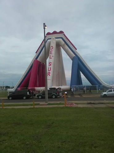 """Instalaron en Encarnación el tobogán inflable """"más alto del mundo"""", pero comenzó el viento….¿Y que pasó?"""