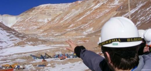 Un equipo del Ministerio de Ambiente comenzó el ascenso para inspeccionar el derrame de la Barrik