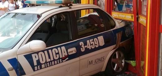 Eldorado: un patrullero terminó su marcha contra un comercio tras un roce con otro coche