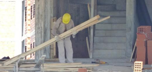 Mientras velan al albañil, sus compañeros de obra deben seguir trabajando