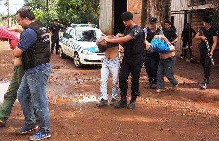 Detienen a una banda, secuestran vehículos y armas en causa por robo