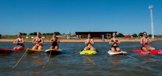 Yoga en tablas, en las playas de Posadas para disfrutar en forma saludable del entorno natural  y paisaje urbano