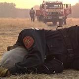 La historia detrás de la foto viral de la bombera que luchó hasta caer agotada