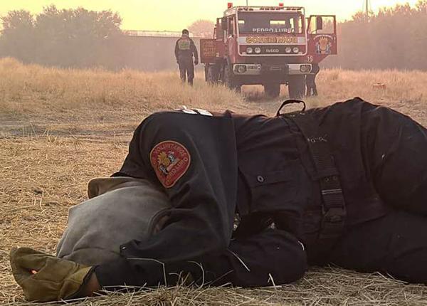La foto de la mujer bombero exhausta que se hizo viral