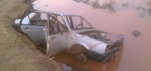 Es un misterio el origen de un coche que abandonaron en un bañado de Eldorado