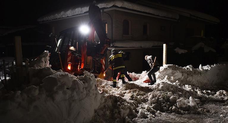 Hallaron a seis sobrevivientes en el hotel italiano sepultado por un alud