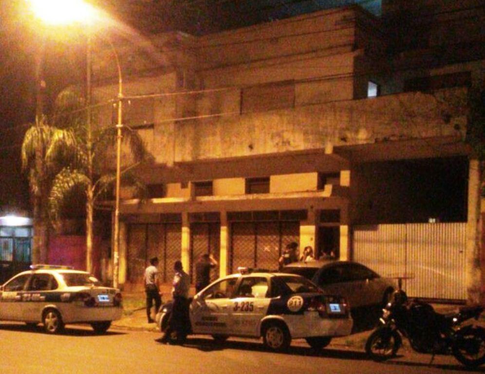 Policías salvaron a una chica que amenazaba con arrojarse desde una terraza