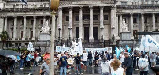 La UOM protesta en Capital Federal por los despidos con apoyo de bancarios, gráficos y docentes
