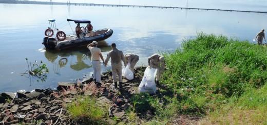 Prefectura Posadas realiza tareas de limpieza en la Costanera