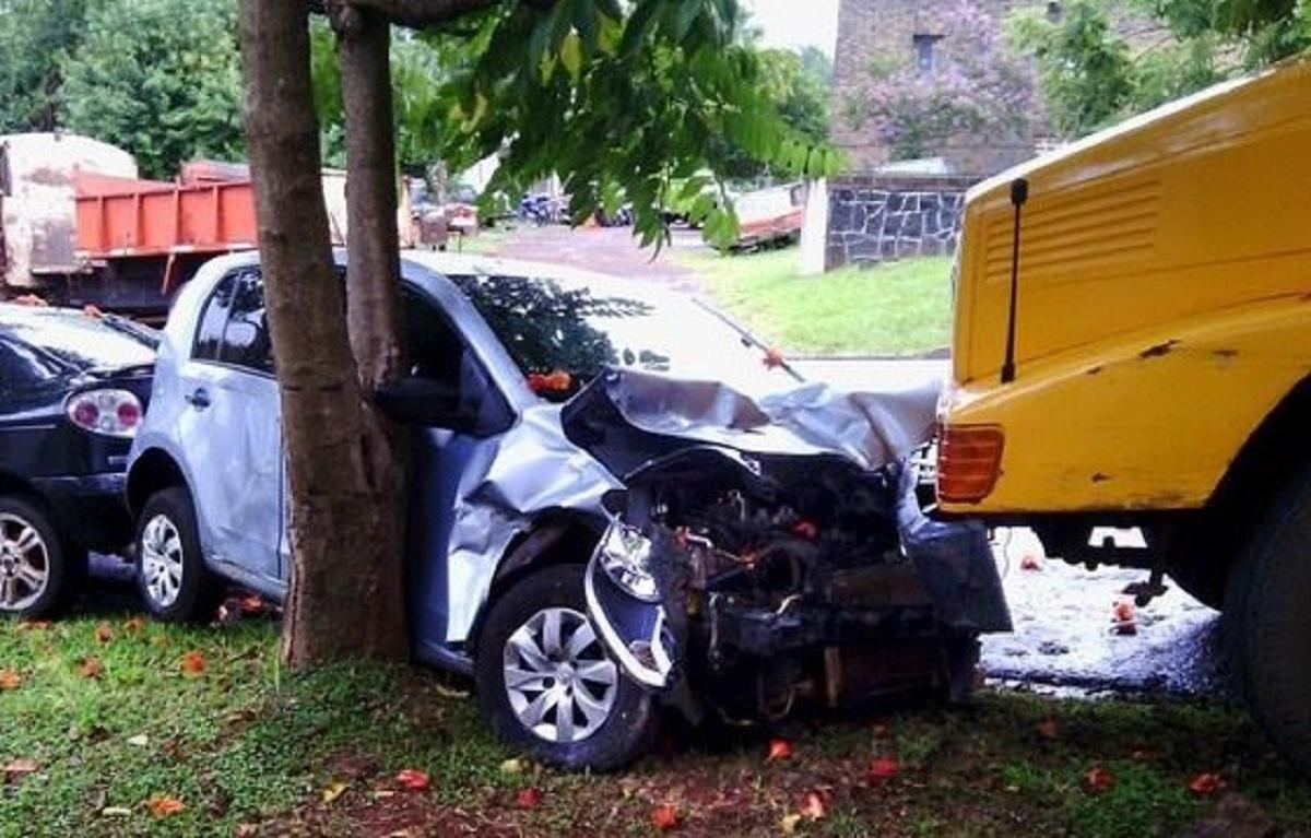 Camionero se desvaneció y fuera de control su rodado impactó contra tres coches estacionados