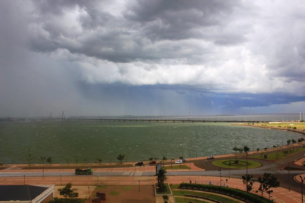 Vista de la Costanera de Posadas: mal tiempo llega desde Paraguay