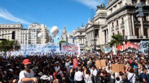 Es multitudinaria la marcha de docentes en Buenos Aires en reclamo de una paritaria nacional