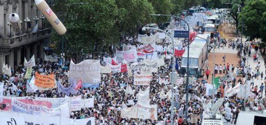 Multitudinaria marcha y acto docente en la Plaza de Mayo