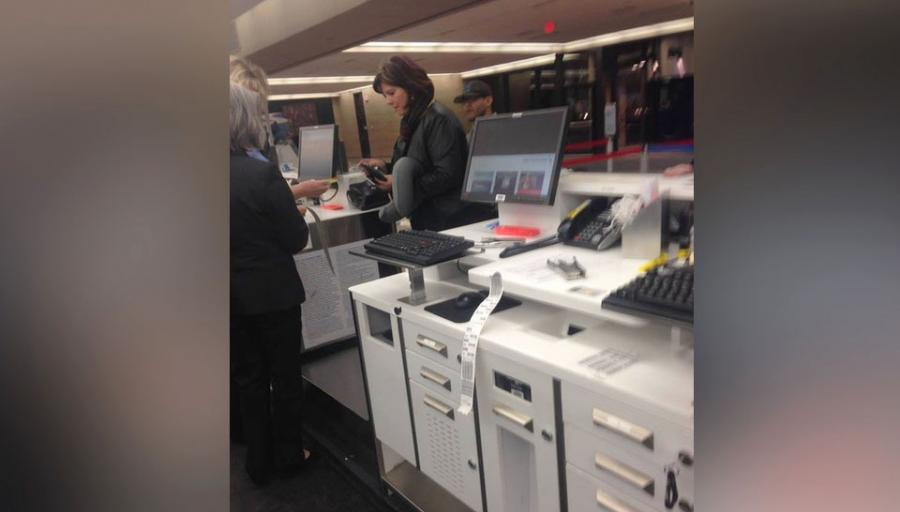 Viral: aerolínea no dejó que su hijita suba al avión, una extraña dijo 4 palabras y todo cambió