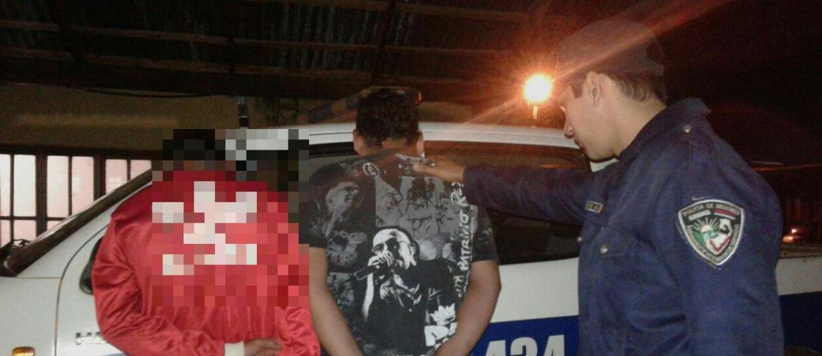 Fueron sorprendidos intentando robar en una escuela, quisieron agredir a policías y  terminaron detenidos