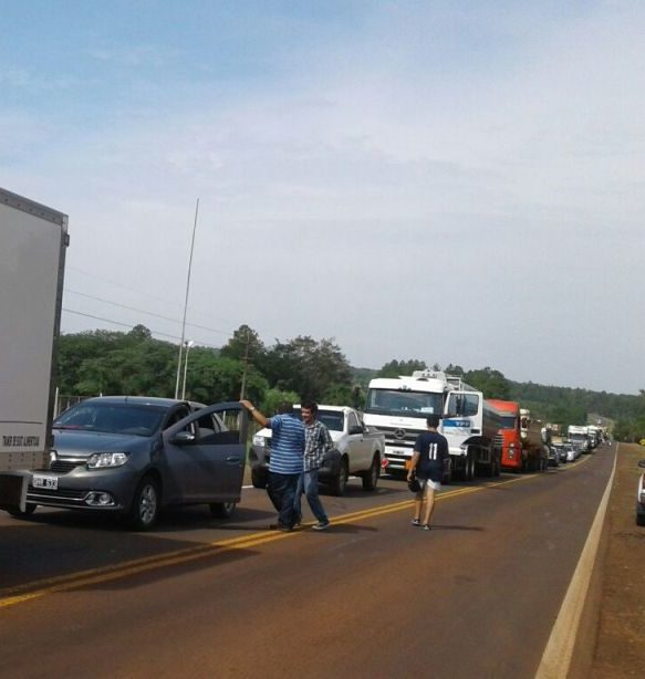 Productores cortan medio carril de la ruta 14 en San Pedro