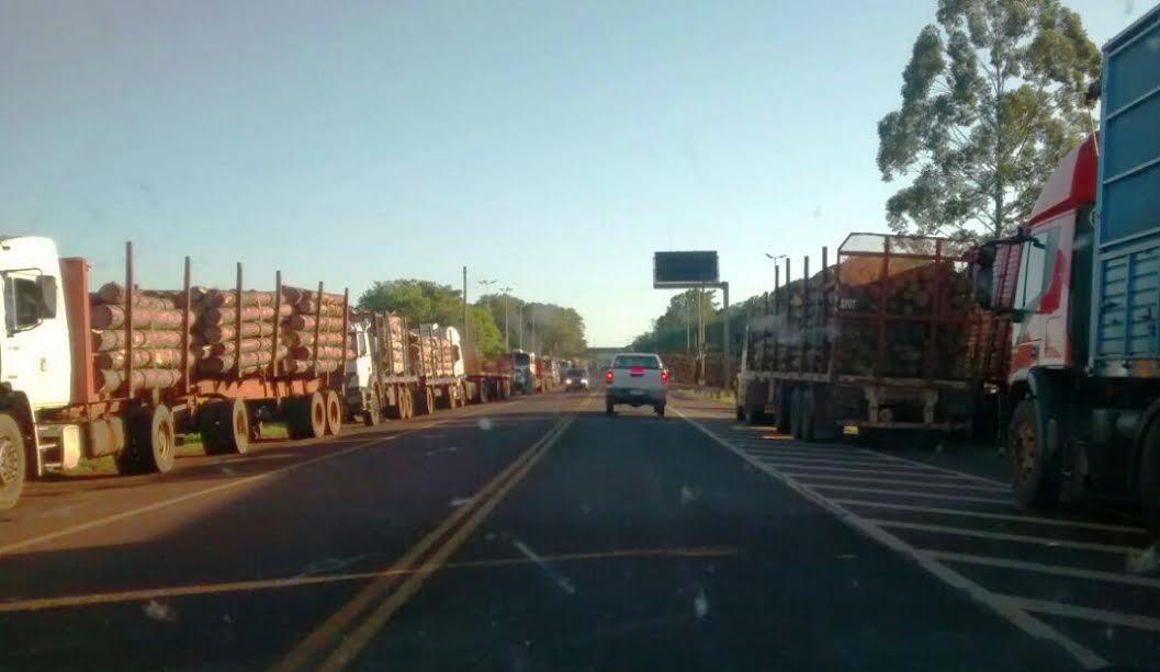Camioneros cortan la ruta 12 en el peaje de Victoria