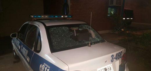 Vándalos detenidos tras dañar un móvil policial en Villa Cabello