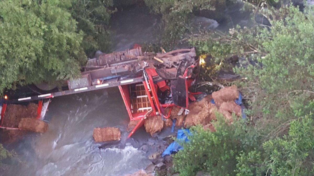 En Campo Viera, un camión cargado con tabaco se despistó y cayó al arroyo Yazá
