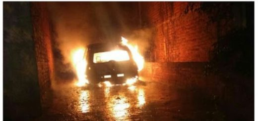 Misterio en San Vicente: se quemó un coche estacionado en una vivienda