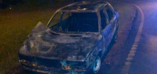 Incendio destruyó por completo un automóvil en Cerro Azul