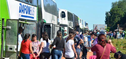 Tours de compras a Encarnación copan la parada en la Costanera en la zona de Puente Internacional
