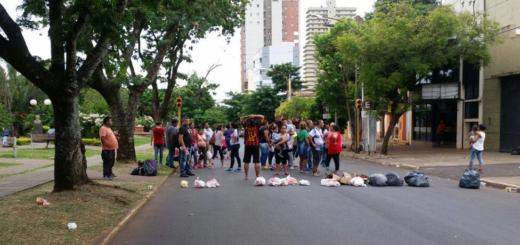 Manteros cortaron la avenida Roque Pérez en reclamo por mercadería incautada
