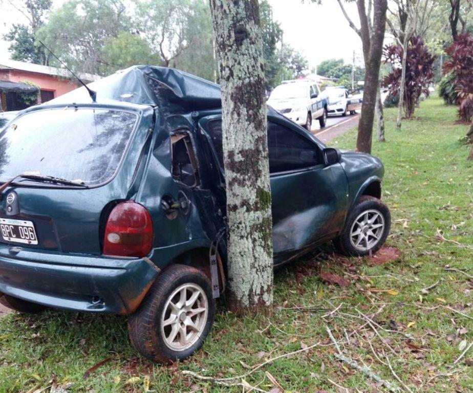 Alem: perdió el control y su auto quedó incrustado contra un árbol