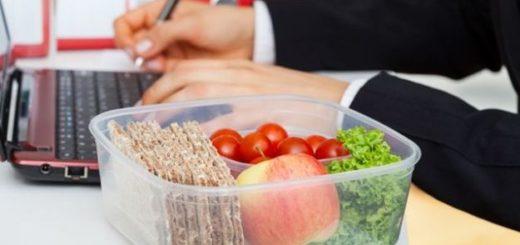 ¿Cómo alimentarnos saludablemente si comemos en el trabajo?