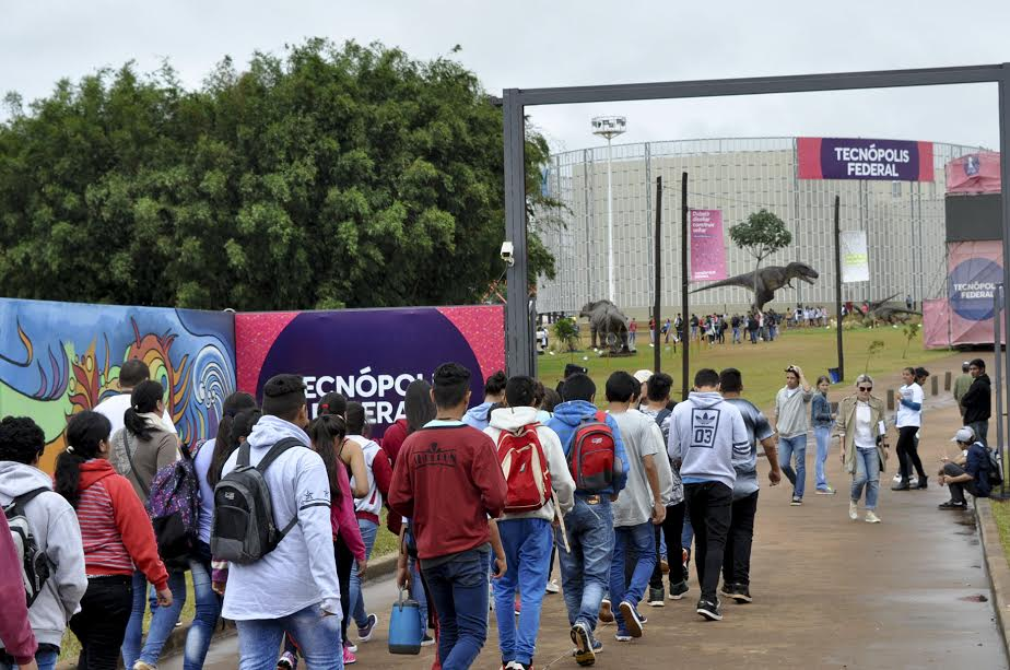 Ni la lluvia detiene la masiva concurrencia de público a Tecnópolis