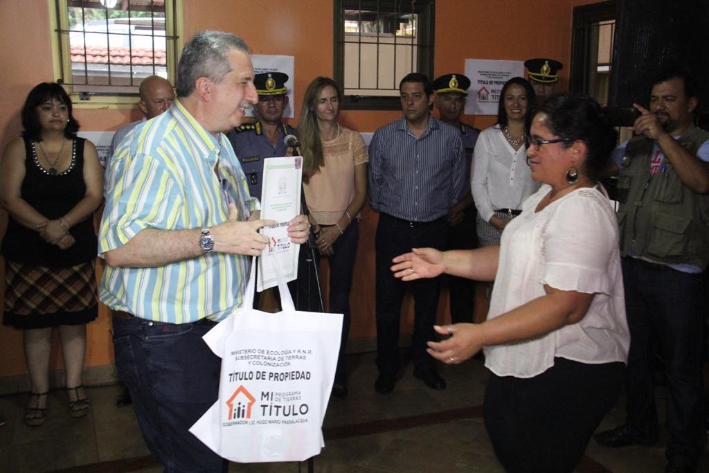 Passalacqua entregó 20 títulos de propiedad en Iguazú