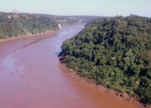Las aguas marrones rojizas de ríos y arroyos exponen el deterioro del suelo y cuencas hídricas por la deforestación