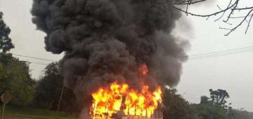 Se incendió en Nueve de Julio un colectivo que venía de San Antonio: no hubo heridos