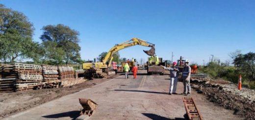 Retoman las tareas para instalar estructuras en el puente de la ruta 12 que une Posadas y Corrientes