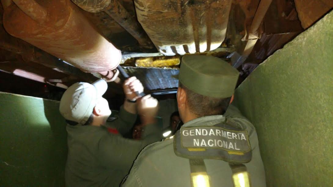 Incautaron más de 56 kilos de marihuana ocultos en el doble fondo de un auto en el peaje de Fachinal