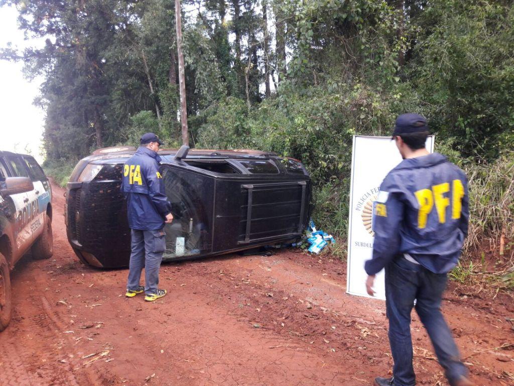 Tras una persecución y luego de volcar la camioneta en la que iban, contrabandistas se tirotearon con la Policía Federal