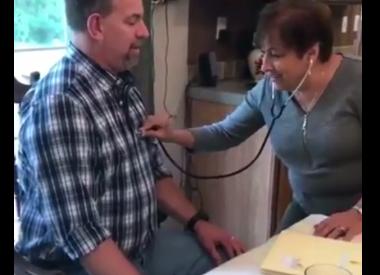 Mirá el emotivo video de una madre que escucha los latidos del corazón trasplantado de su hijo