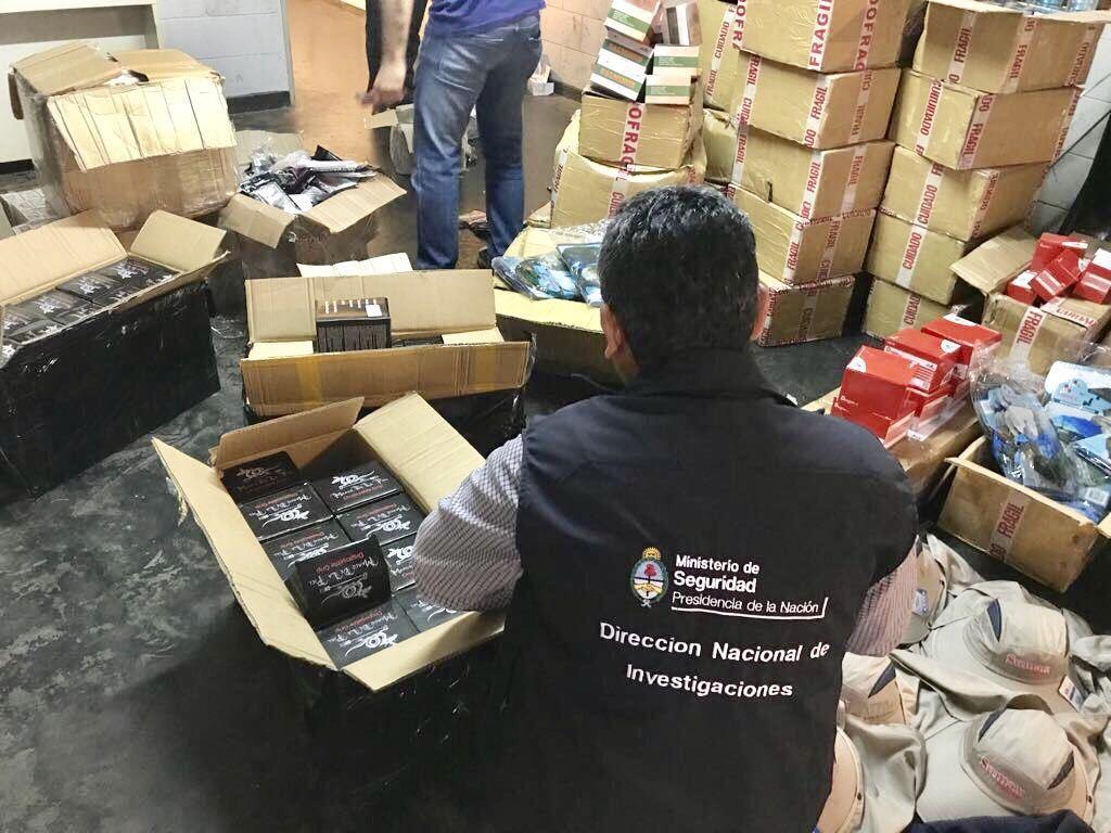Abren cajas de encomiendas decomisadas en Misiones y hallan 1 millón de pesos en contrabando