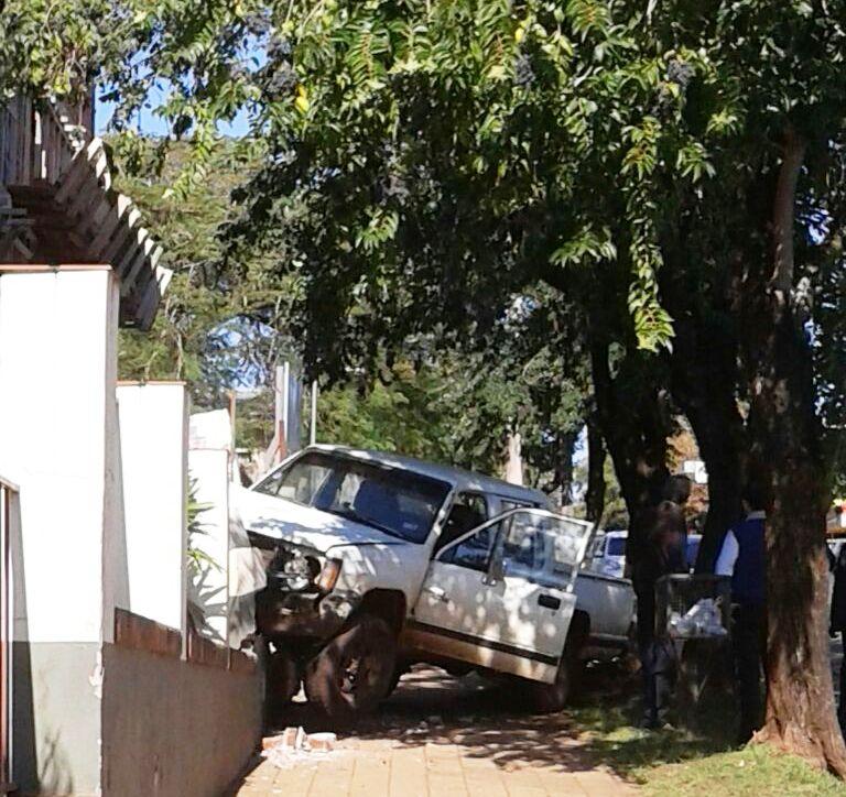 Una camioneta se incrustó en el muro de la Facultad de Enfermería de Posadas