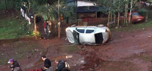 Se despistó y desbarrancó en el acceso a Oberá un auto con dos ocupantes