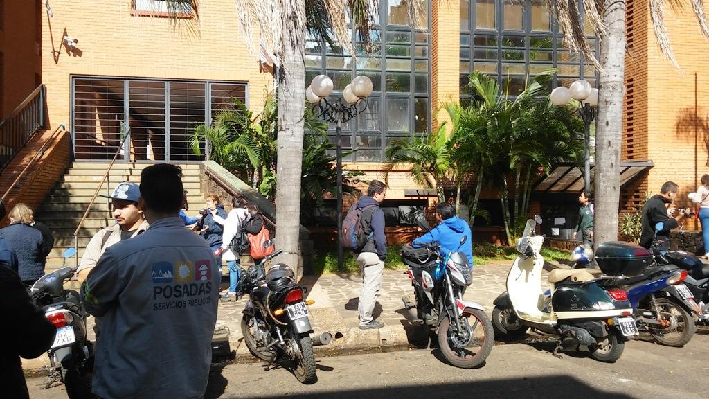 Protesta de empleados de Servicios Públicos de Posadas, irrumpió en el edificio municipal