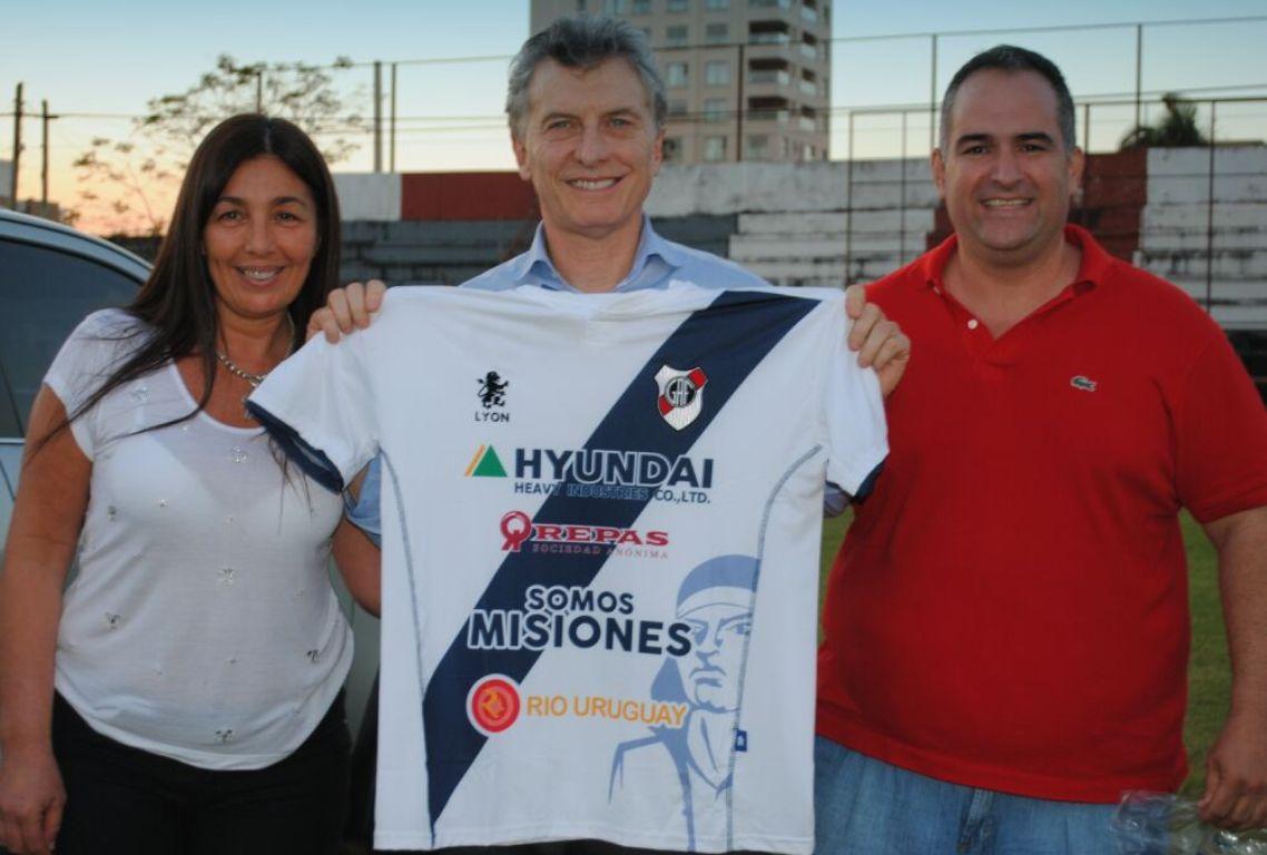 Macri eligió equipo en Posadas: se llevó la camiseta de Guaraní