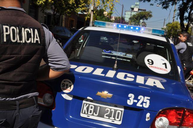 Posadas: Un policía manejaba borracho, atropelló y fracturó a un motociclista y se escondió en una casa