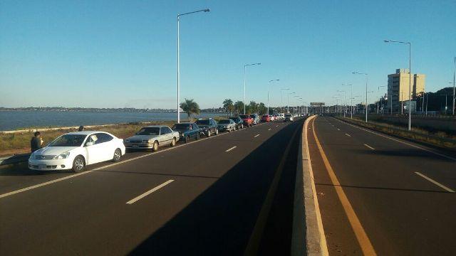 La fila de vehículos para cruzar a Encarnación pasa la avenida Quaranta