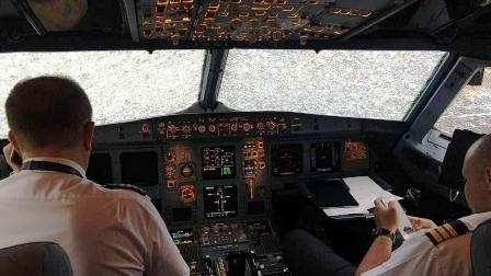 Dan una medalla a un piloto por aterrizar un avión de 121 pasajeros en estas pésimas condiciones
