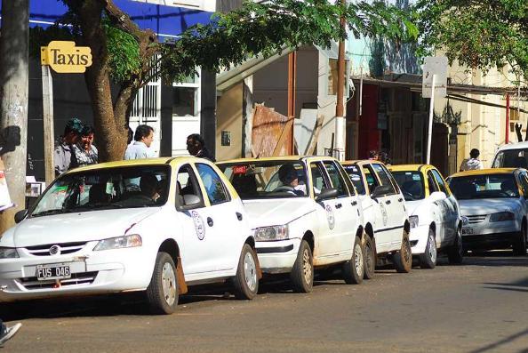 Concejales analizan posible incremento de la tarifa de taxis en Posadas, 11% es lo dialogado