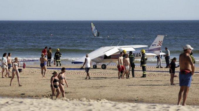 Una avioneta debió aterrizar de emergencia en una playa y mató a dos personas