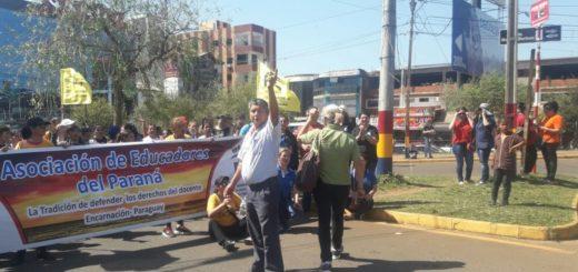 Docentes paraguayos marchan desde la Gobernación de Itapúa hacia el puente internacional que une Posadas y Encarnación para interrumpir el tránsito